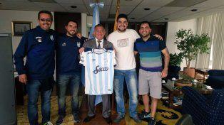 Luis Juez recibe a hinchas de Atlético Tucumán: Creen que soy un oso panda en cautiverio