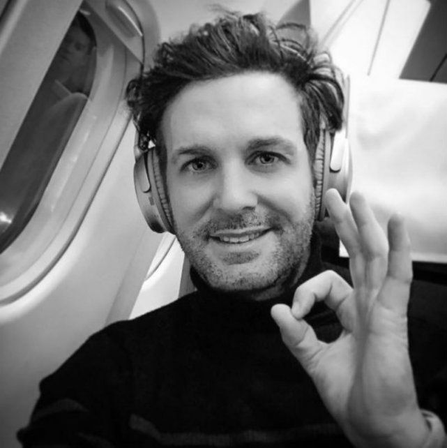 Axel publicó una foto desde adentro del avión que luego sufrió una explosión en uno de sus motores.