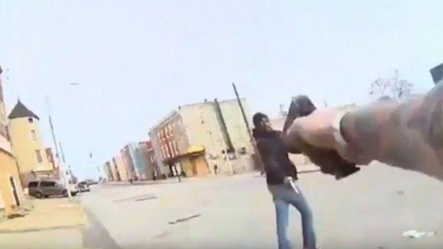 Las tremendas imágenes del enfrentamiento a tiros entre un policía y un delincuente