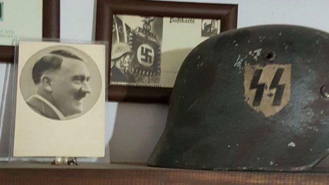 Parte del material con simbología nazi hallado en una casa de empalme.