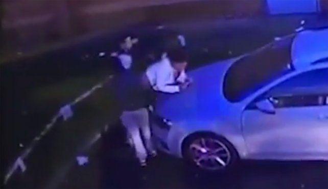 La escena fue registrada por las cámaras de seguridad en las afueras de un supermercado.