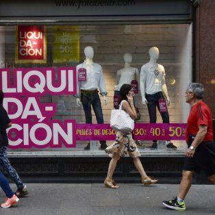 Los consumidores evitan los gastos superfluos, destacan los analistas. Además multiplican los canales de compra buscando mejores precios.