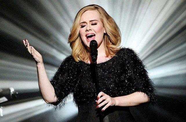 Adele. La impecable vocalista enfrenta a Beyoncé en mejor álbum