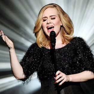 Adele. La impecable vocalista enfrenta a Beyoncé en mejor álbum, grabación y canción del año.