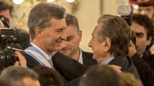 Franco Macri saluda a su hijo el día de la asunción presidencial.
