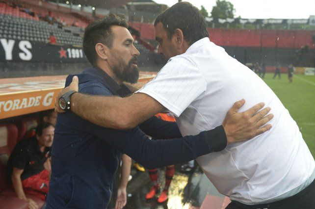 Saludo técnico. Osella se funde en un abrazo con su colega Eduardo Domínguez