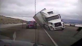 El tremendo vuelco de un camión que aplastó un patrullero en medio de una intensa tormenta