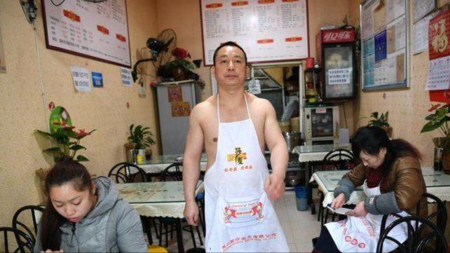 Conocé al hombre caliente que hace diez años que vive con el torso desnudo