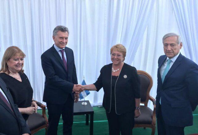 El saludo de Macri y Bachelet al arribar el presidente argentino a territorio chileno.
