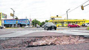 Cráteres. Las precipitaciones de comienzos de enero hicieron estragos en el pavimento de los barrios en todos los distritos. Ahora repararlo llevará entre cuatro y seis meses.