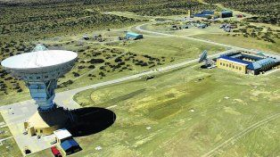 Imponente. La antena parabólica de 35 metros de diámetro domina el complejo levantado en Quintuco.