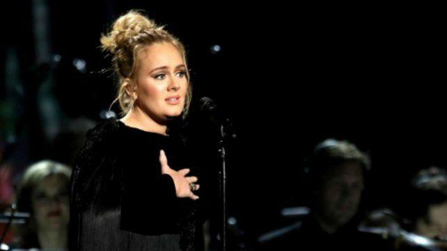Adele se equivocó en el homenaje a George Michael, se enojó y volvió a empezar