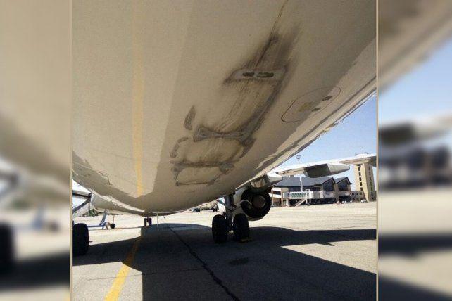 Así quedó el avión de Aerolíneas Argentinas que sufrió el golpe al aterrizar en Bariloche.