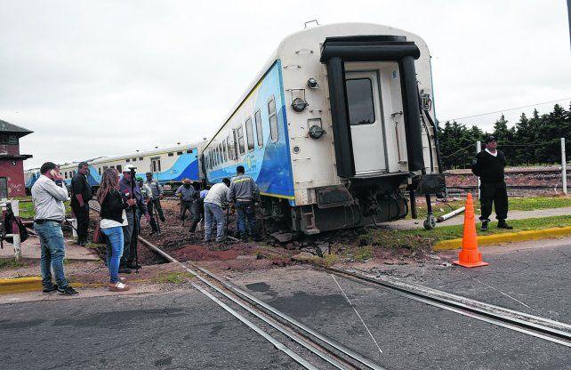 En avenida Francia y Güemes. El incidente obligó a largas horas de trabajos de asistencia para arreglar las vías y trasladar los vagones para su reutilización.