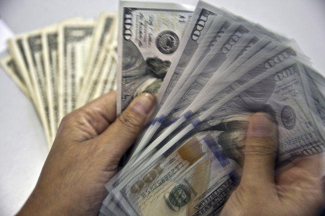 El dólar volvió a caer, pero estiman que podría cerrar el año a 18 pesos