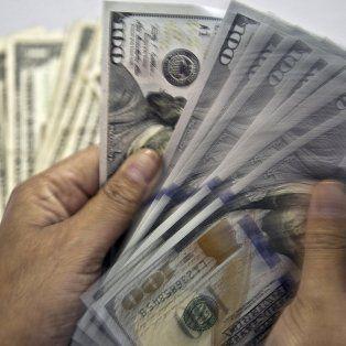 el dolar volvio a caer, pero estiman que podria cerrar el ano a 18 pesos