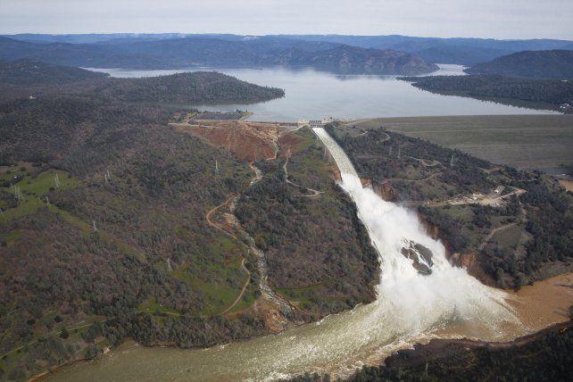 Peligro. El nivel de las aguas del lago de Oroville alcanzaron cotas máximas.