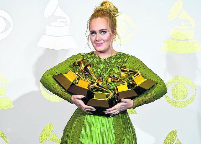 La reina. Adele se alzó con cinco premios por su disco 25 y se impuso a la gran candidata Beyoncé.