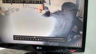 Encapuchado. Una cámara de video registró los movimientos del ladrón.