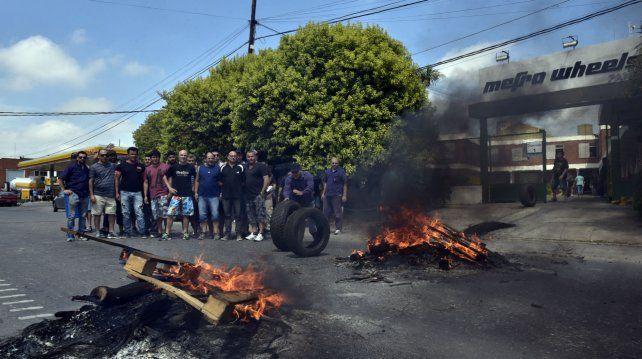 Los trabajadores frente a la planta de Ovidio Lagos al 4400.
