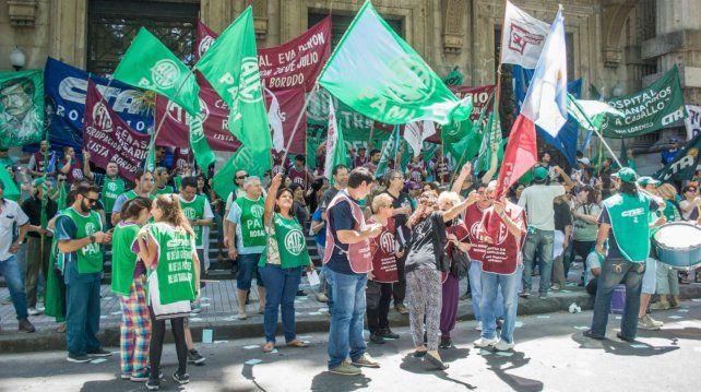 ATE Rosario protesta con corte de calle y pide un piso de 25 mil pesos para los estatales