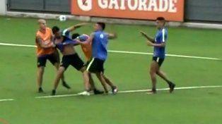 Insaurralde y Silva se agarraron a trompadas en la práctica de Boca y el mellizo los echó