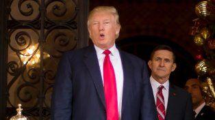 Efímero. Trump y Flynn el día que asumió como asesor. El presidente lo reemplazó por otro militar.