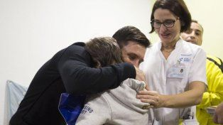 Emoción. Un niño abraza al ídolo que los ha ido a visitar. El paso de Leo por un hospital español.