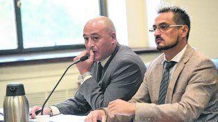 En audiencias. El oficial Mario Daniel Urquiza (a la izquierda) acompañado por su abogado