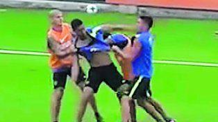 A las piñas. Insaurralde y Silva se pelean en la práctica. Benedetto intenta separar.