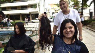 Donan cabello para hacer pelucas para los chicos que se someten a quimioterapia