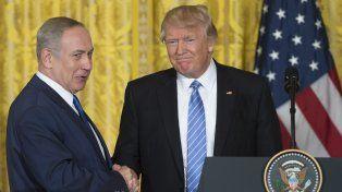 Aliados. Netanyahu y Trump se dan la mano ayer durante la rueda de prensa en la Casa Blanca