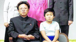 Familia unida. El asesinado Kim Jong-nam en 1981, aún niño, junto a su padre, el dictador norcoreano Kim Jong-il.