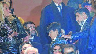 Juntos. Rocío Oliva y Maradona se mostraron ayer en el estadio del Real Madrid