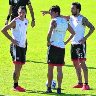 Es para allá. Scocco habla con Maxi y Formica. Los tres jugarán juntos el sábado en Santa Fe.