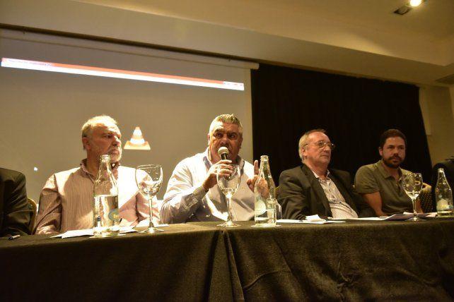De los socios. Tapia estuvo en Rosario y defendió a los clubes como sociedades civiles. Lo rodean Mariatti