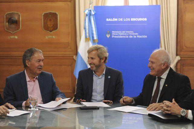 Los gobernadores de Córdoba y Santa Fe junto al ministro Frigerio.