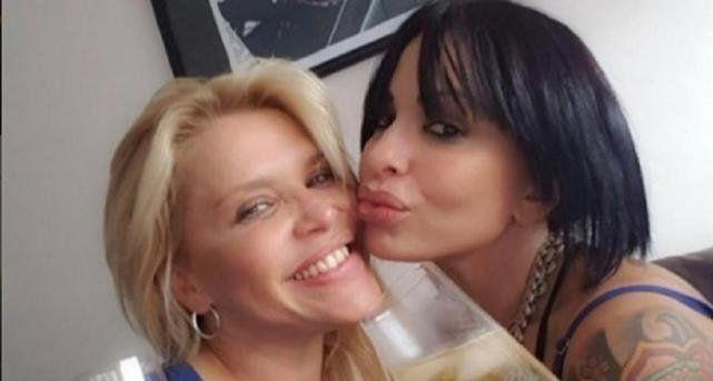 El beso caliente de Nazarena Vélez y Daniela Cardone