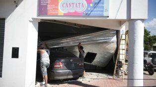 Un choque espectacular terminó con un auto incrustado en un pelotero de Alberdi