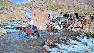Por el agua. Jinetes y caballos en el cruce del río.