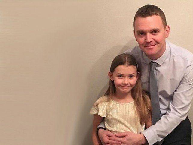 Chloe y su papá Andy en su casa de Hereford.