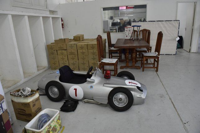 Entre los bienes secuestrados se cuenta una réplica de uno de los autos de carrera de Juan Manuel Fangio.