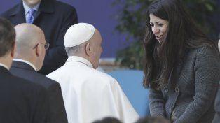 El papa Francisco junto a la refugiada siria Nau Essa en Roma