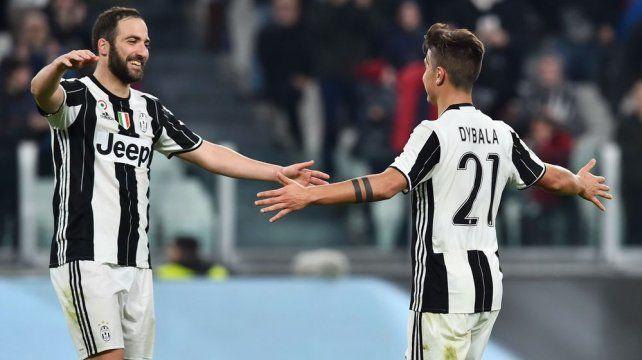 Abrazo de gol. Higuaín y Dybala convirtieron en el holgado triunfo de Juventus sobre Palermo.