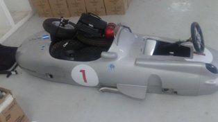 El ministro Pullaro aclaró que la réplica del auto fue encontrada desarmada y que se le apoyaron las ruedas para la foto.