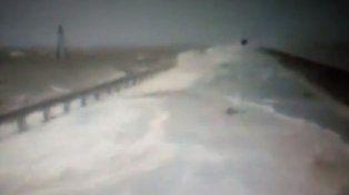 Impactante video muestra la invasión del agua en la Ruta 7 sobre La Picasa