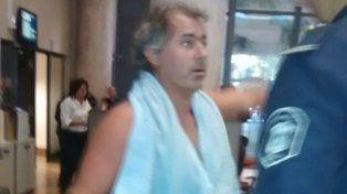 Pablo Blesa le explica a un policía los motivos que lo llevaron a tomar la decisión de bañarse en la sede de la empresa de energía.
