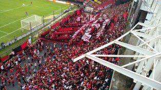 Los hinchas leprosos coparon su sector en el estadio de Colón en Santa Fe.