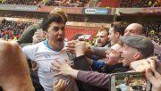 Forestieri y la alocada celebración junto a los hinchas tras su golazo de tijera.