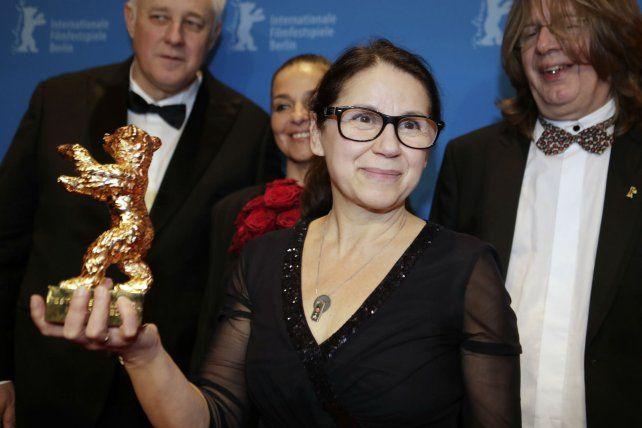 Logro. Ildikó Envedi sostiene el trofeo logrado con una historia de amor.